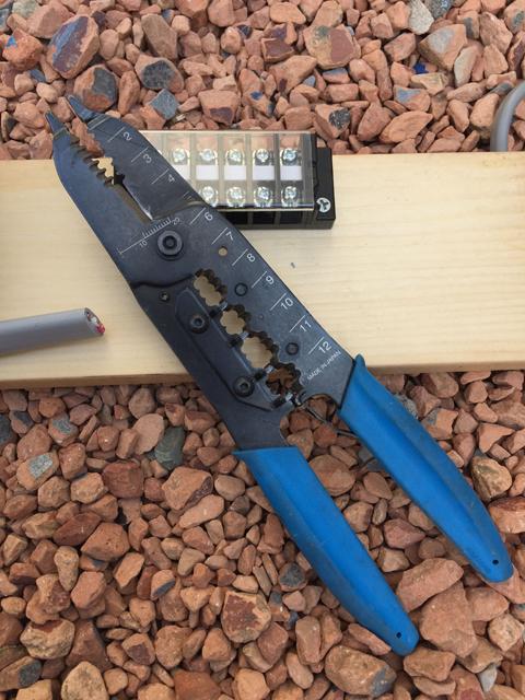 電工ペンチと端子台