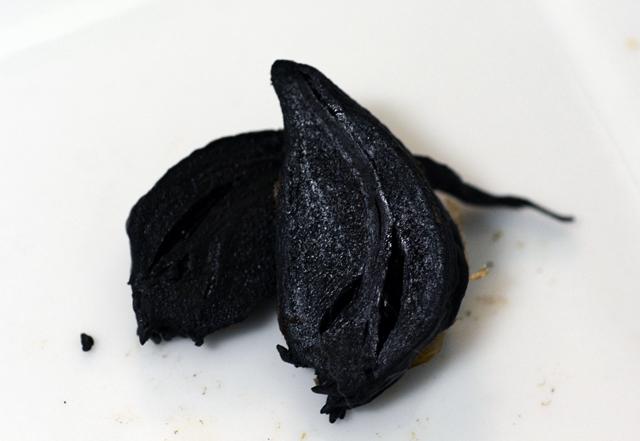 芽が出た状態で仕込んだ黒ニンニク