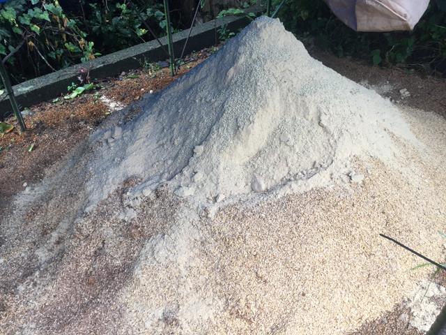乳酸菌もみがらぼかしの仕込み。全材料混ぜ合わせた様子(合計80kg)