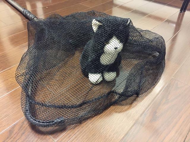 タモで猫を捕獲(人形)