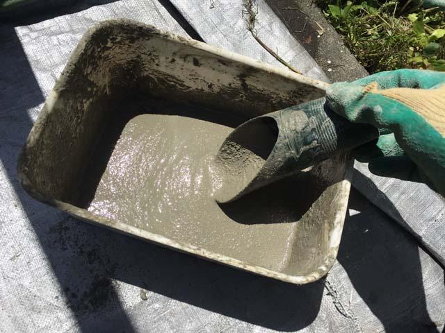 プラ容器でモルタルを混ぜる