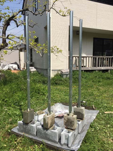 単管パイプの下に重量ブロックを固定する