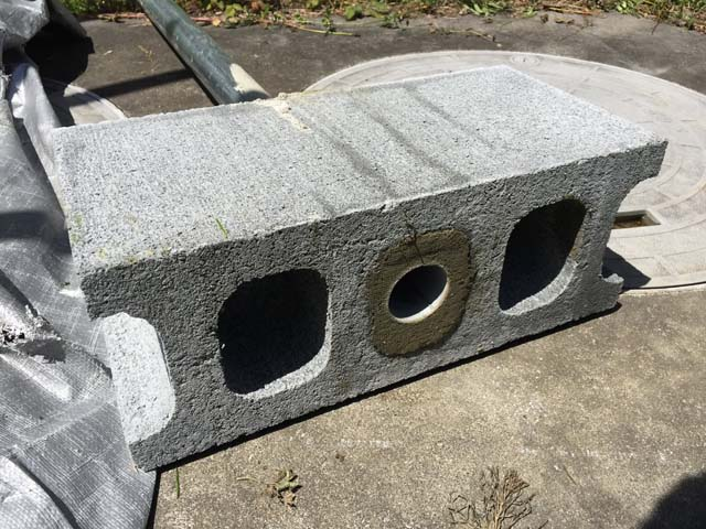 単管パイプと重量ブロックの固定・裏側