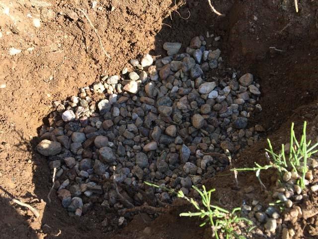 パイプ小屋の自作ー砕石が無かったので砂利を敷く