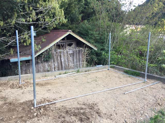 パイプ小屋の自作ー四隅の柱完成