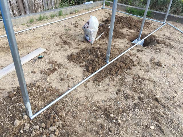 パイプ小屋の自作ーマーキングに合わせて柱を埋めていく