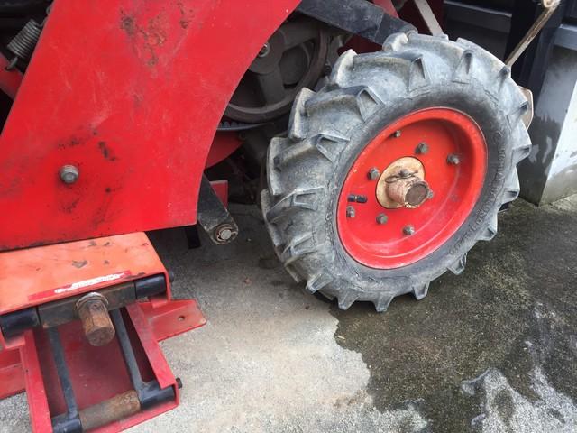 パンク修理の終わった自動深耕機