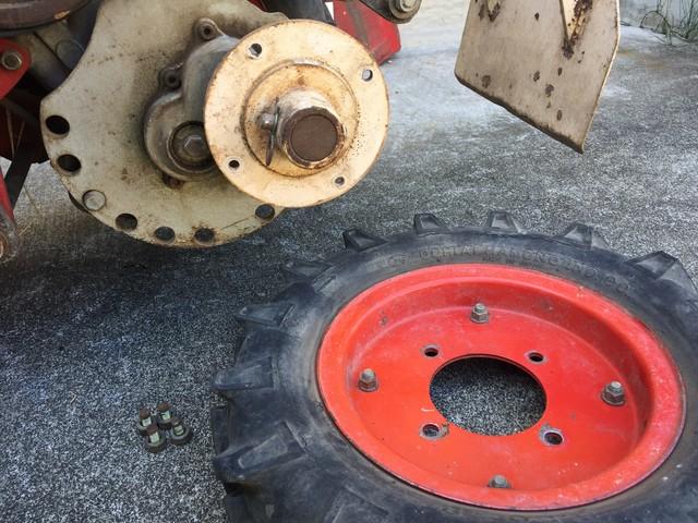 自動深耕機からタイヤを外す